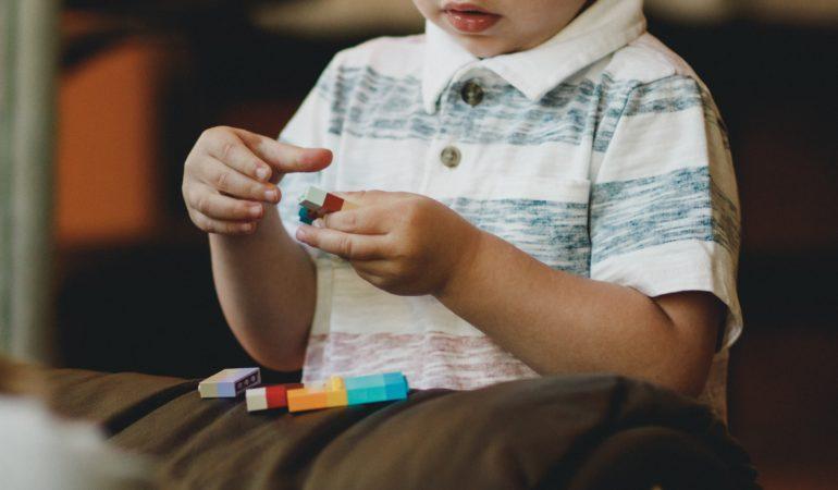 Žaidžiame su vaikais: idėjos smulkiosios motorikos lavinimui